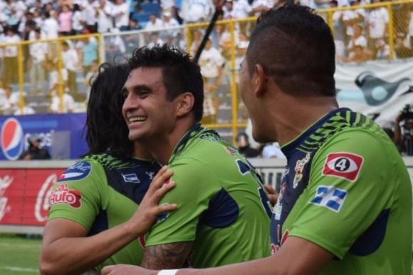 Carlos Bueno festeja su gol, el que selló la victoria de Santa Tecla 4-0. Foto: captura TV.
