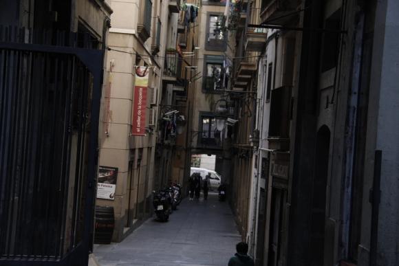 Típica calle en el Barrio Gótico en la ciudad de Barcelona. Foto: Gabriel Rodríguez
