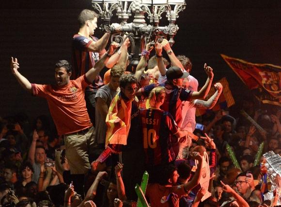 Festejos de hinchas del Barcelona en la fuente de las Canalestas. Foto: AFP
