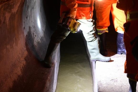 La recorrida por el colector fue guiada por funcionarios de saneamiento de la Intendencia de Montevideo. Foto: M. Bonjour