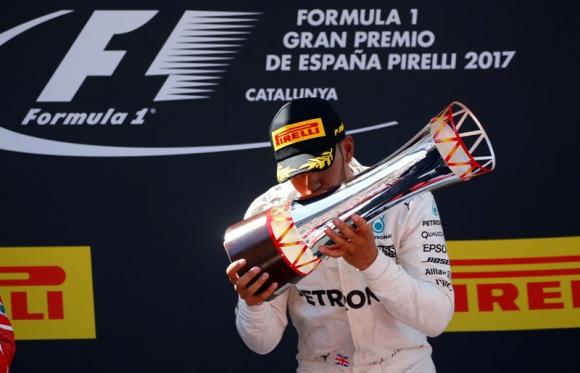 Lewis Hamilton celebra la victoria que logró en el Gran Premio de España. Foto: Reuters