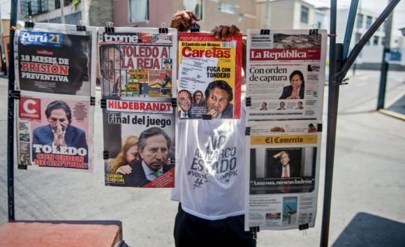 Diarios peruanos con la noticia de la orden de captura del expresidente. Foto: AFP