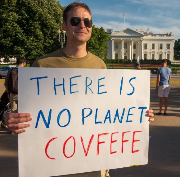 Con carteles los manifestantes protestaron en frente a la Casa Blanca por salida del Acuerdo de Paris. Foto: AFP