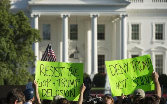 Con carteles los manifestantes protestaron en frente a la Casa Blanca por salida del Acuerdo de París. Foto: AFP
