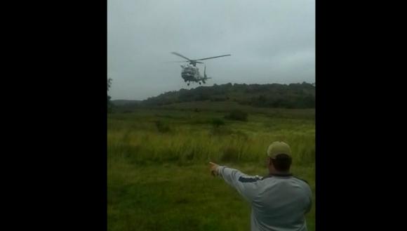 El helicóptero llega con las personas rescatadas. Foto: Captura de video