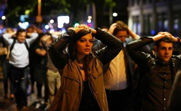 Evacuados salen del puente con las manos en la cabeza. Foto: Reuters.