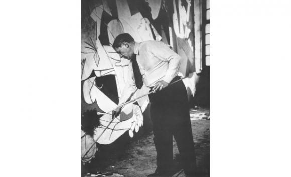 Picasso trabajando en Guernica, de la serie de Dora Maar