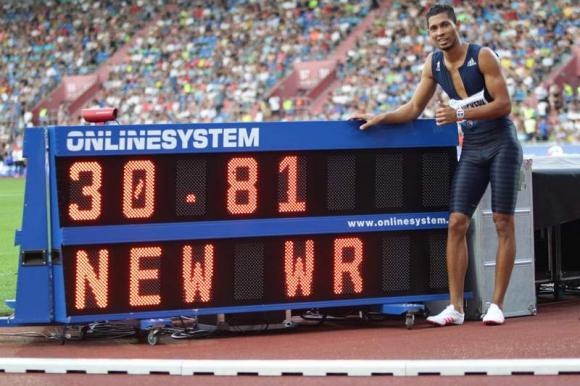 Wayde Van Niekerk con el récord mundial en los 400 metros. Foto: AFP.