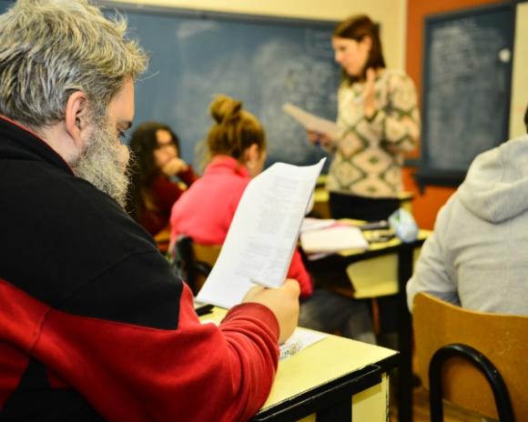 Muchos adultos que vuelven al liceo lo hacen para darle un ejemplo a sus hijos. Foto: Gerardo Pérez.