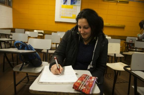Cándida está cursando el Ciclo Básico y quiere terminar para ser profesora. Foto: Fernando Ponzetto.