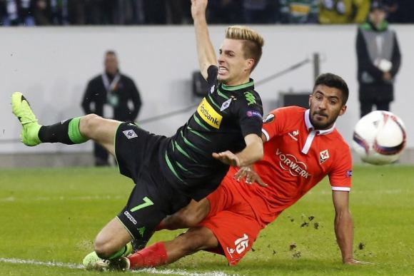 Maximiliano Olivera salvó una clara chande de gol del Monchengladbach. Foto: EFE