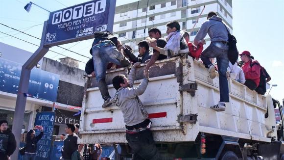 Con la ciudad colapsada después del recital del Indio Solari, comienzan a evacuar a la gente en camiones areneros. Foto: LA NACION / Mauro V. Rizzi