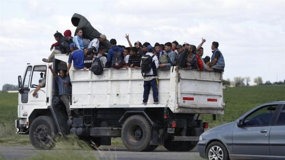 Con la ciudad colapsada después del recital del Indio Solari, comienzan a evacuar a la gente en camiones areneros. Foto: LA NACIÒN / Mauro V. Rizzi