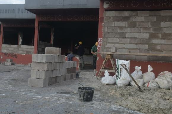 Funcionarios de la IMM tapian el local abandonado en Malvín. Foto: F.Flores