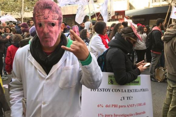 Careta del Consejero de Primaria, Héctor Florit, en la manifestación del Pit-Cnt. Foto: Pablo Fernández.