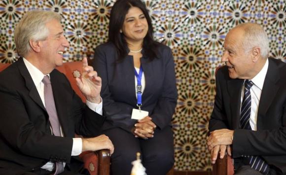 Vázquez con el secretario general de la Liga Árabe, Ahmed Aboul Gheit. Foto: Efe.