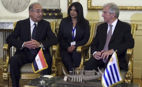 Vázquez con el primer ministro egipcio, Sherif Ismail. Foto: Efe.