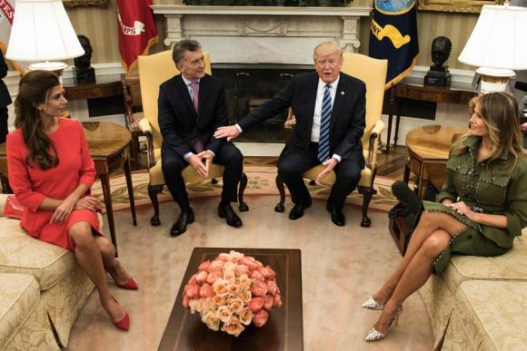 Trump y Macri con sus respectivas esposas, Melania y Juliana. Foto: AFP