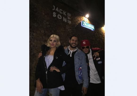 Charlotte y Alex Caniggia junto a Richard García de Jackson Bar.