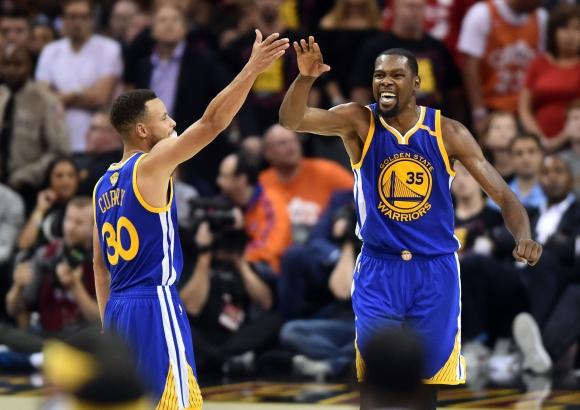 Kevin Durant y Stephen Curry, las estrellas de Golden State Warriors. Foto: AFP.