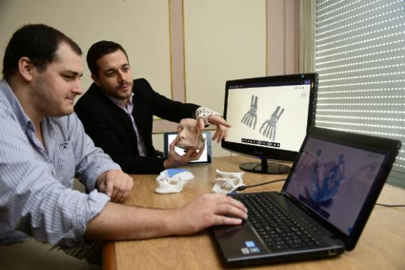 Bruno Demuro y Pablo Pereira, de Armor Bionics. Foto: Marcelo Bonjour.