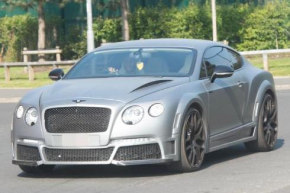 Raheem Stirling maneja su Bentley de 595.000 euros. Foto: The Sun