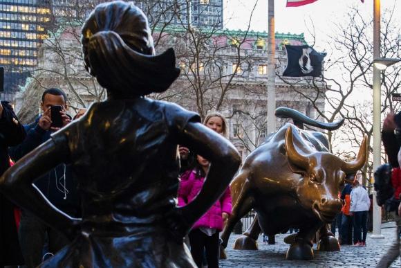 La niña se enfrenta a un ícono: el Charging Bull. Foto: AFP