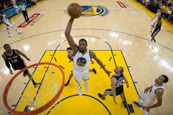Kevin Durant en una hundida en el Golden State Warriors - San Antonio Spurs. Foto: EFE