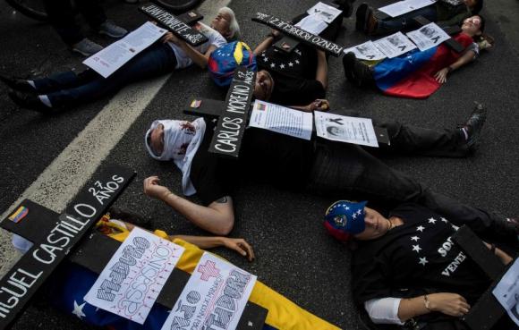 Activistas en Brasil en homenaje a las víctimas de la represión chavista. Foto: AFP
