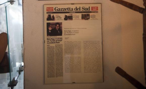 Cuadro en el local con la noticia de la bota de un diario italiano. Foto: F. Ponzetto