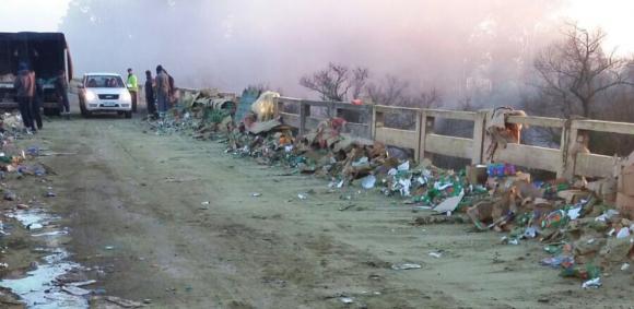Saquearon cientos de paquetes de yerba tras accidente del camión que los transportaba. Foto: Néstor Araújo