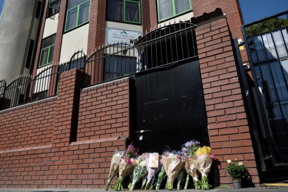 Varias personas dejaron flores en la puerta de la mezquita. Foto: Reuters.