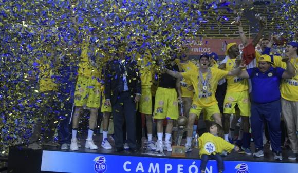 Hebraica Macabi celebrando su tercera Liga Uruguaya. Foto: Fernando Ponzetto.