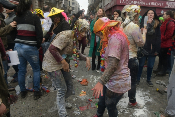 Festejos de un nuevo grupo de médicos recién egresados en el Mercado del Puerto. Foto: A. Colmegna