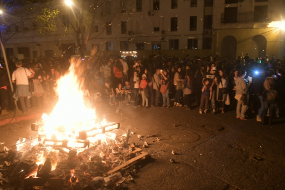 Todos los años se realizan distintas hogueras en diferentes barrios de Montevideo. Foto: Francisco Flores