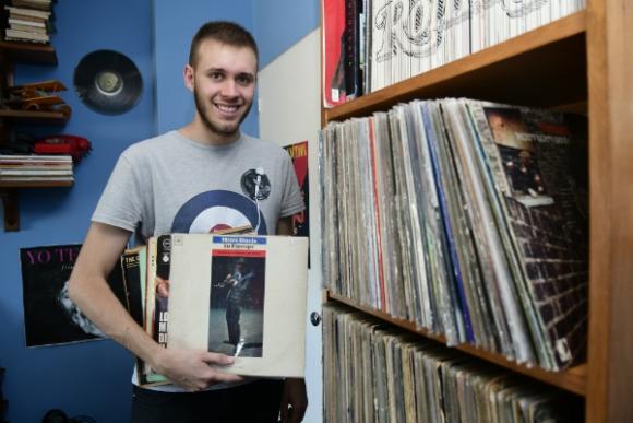 Rodrigo Guerra tiene 21 años y una colección de 650 vinilos, muchos de ellos de jazz. Foto: Marcelo Bonjour.