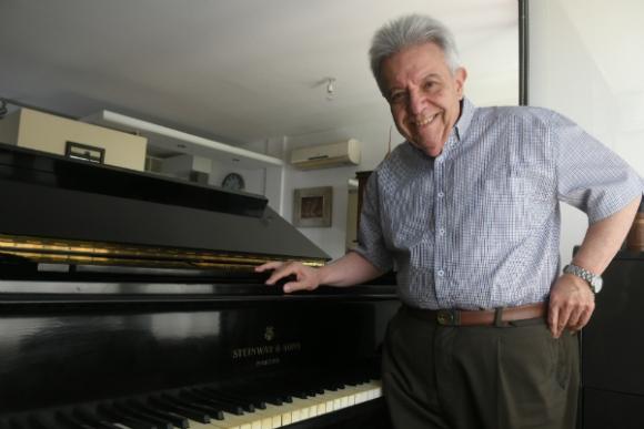 Julio Frade tiene más de seis décadas en la música y sigue eligiendo tocar jazz. Foto: Francisco Flores.