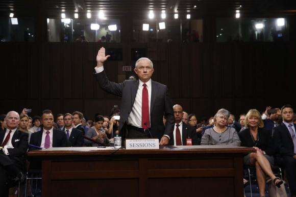 Ayer Sessions jurando antes de declarar en el comité de inteligencia del Senado. Foto: Reuters