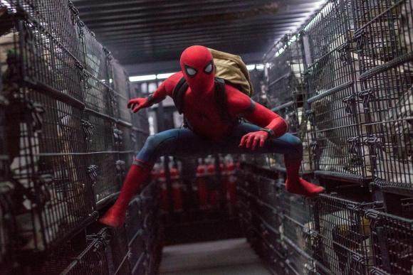 El superhéroe actúa bajo la protección de Tony Stark/Iron Man.