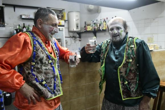 Teo Varela y otro de los fundadores de La Gran Siete haciendo mostrador.