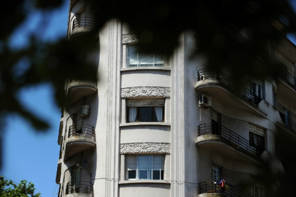 El Edificio Lux resuelve un terreno en proa con elegancia.