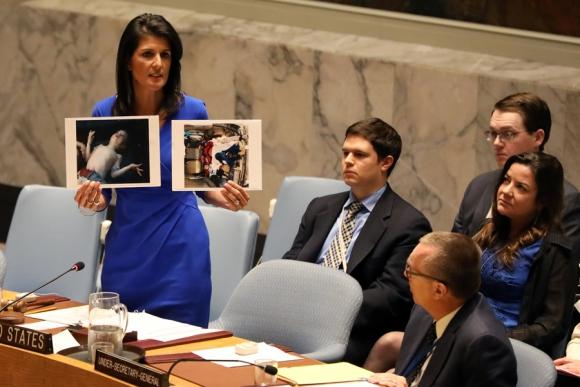 La embajadora de EEUU ante la ONU, Nikki Haley, mostrando las fotos de las víctimas. Foto: Reuters
