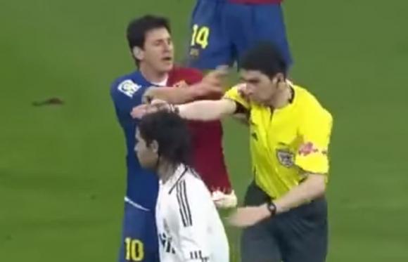El momento en el que Messi empujó a Undiano Mallenco en 2009. Foto: Captura