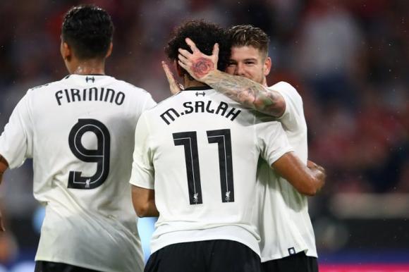 El abrazo entre Moreno y Salah tras el segundo gol del Liverpool. Foto: Reuters