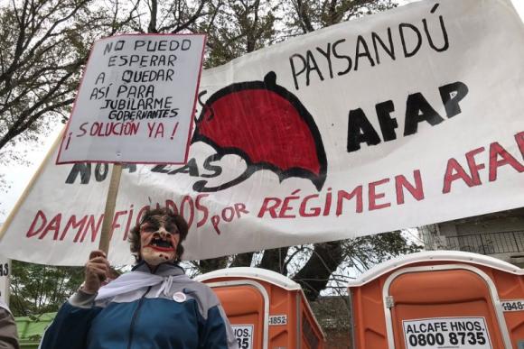 Cincuentones protestan frente al Consejo de ministros. Foto: Pablo Fernández.