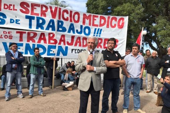Vázquez y trabajadores de Ancap a la salida del Consejo de ministros. Foto: Pablo Fernández.
