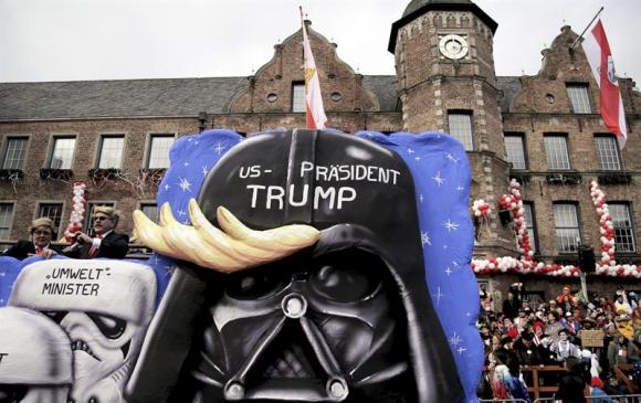 Trump es representado como el villano de Star Wars, Darth Vader. Foto: EFE