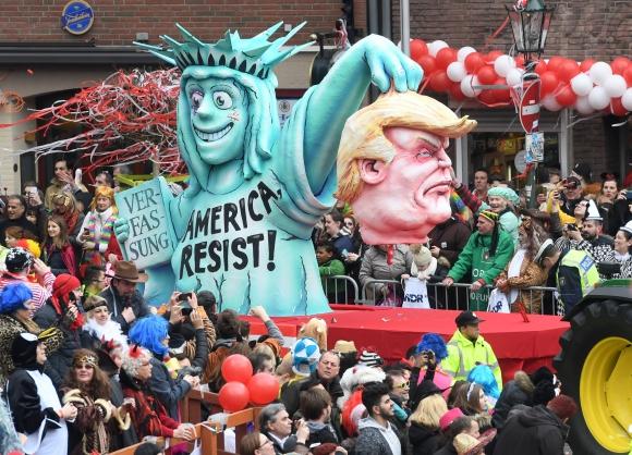 La Estatua de la Libertad sostiene la cabeza decapitada de Donald Trump. Foto: AFP