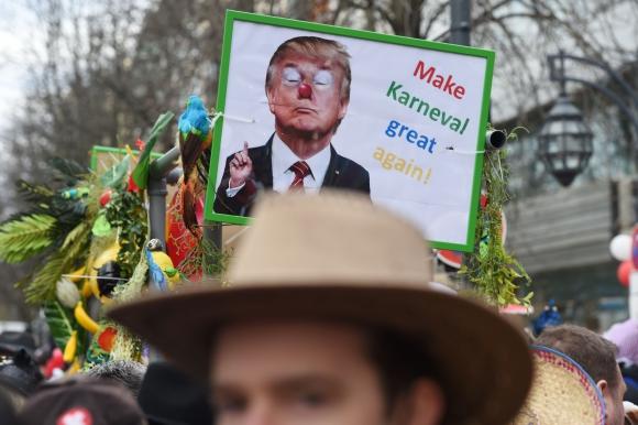 Carroza con imagen de Donald Trump disfrazado de payaso. Foto: AFP