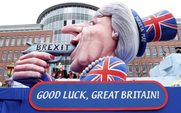Sátira de la primera ministra británica, Theresa May, que se apunta con